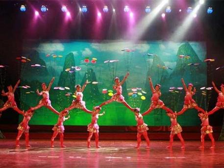 """""""Happy Chinese New Year"""" című Gálaműsor a GuangXi Akrobatikus Társulat és a Magyarországon élő kínai művészek és fellépők ünnepi nagyszínpadi műsora."""