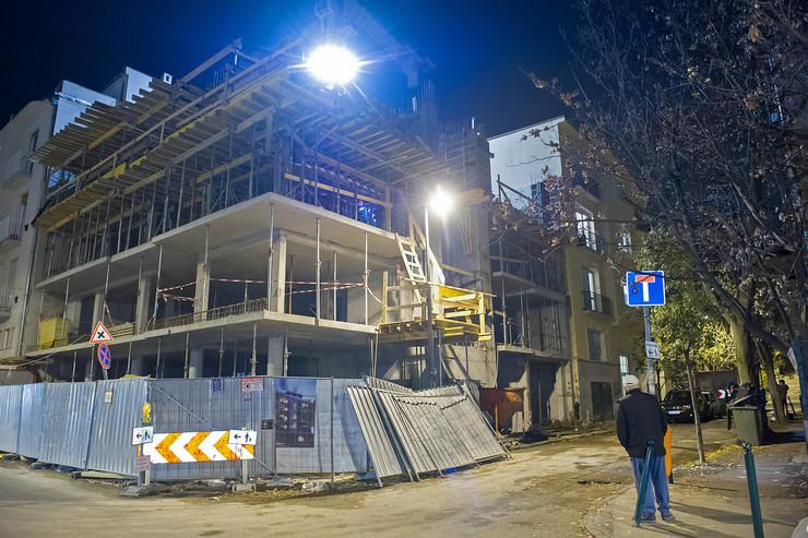 Az épülő ház vázának betonozási munkálatai közben beszakadt a szomszédos lakóépület lakásának oldalfala - Fotó: Blikk