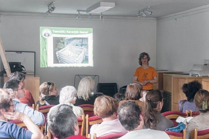 Eleőd-Faludy Gabriella komposztálási programvezető előadása (Fotó: önkormányzati portál)