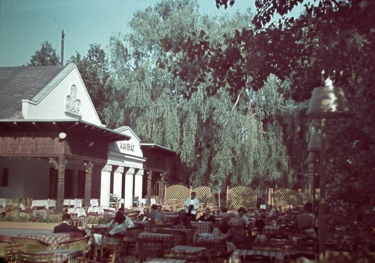 Kertvendéglő a máriaremetei bazilika mellett, negyvenes évek, forrás: pinterest