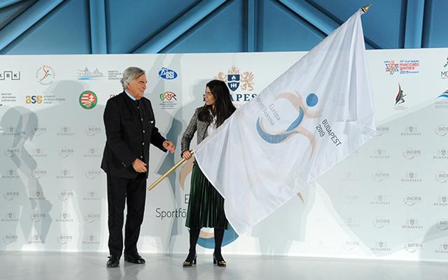 Szalay-Bobrovniczky Alexandra átvette az ACES zászlaját (forrás: budapest.hu)